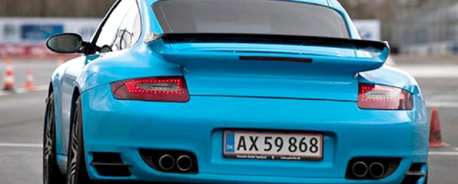 Provkör en tysk supersportbil på bana