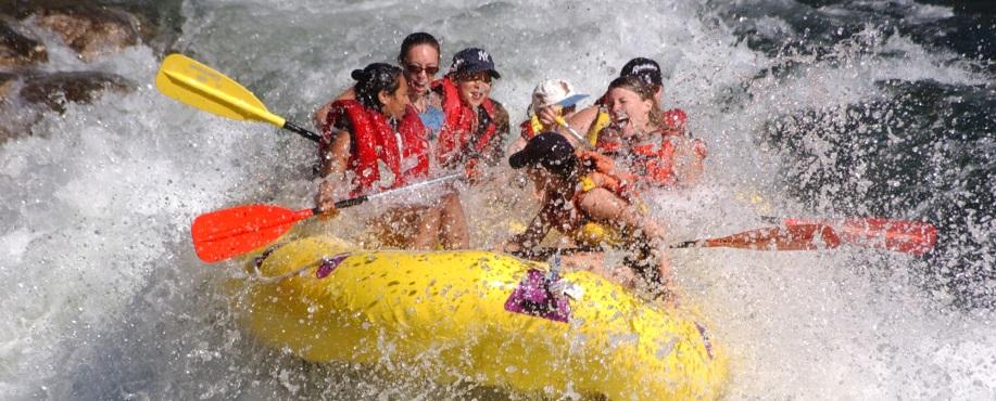 Paddla fors. Prova rafting! En rolig upplevelse på vatten