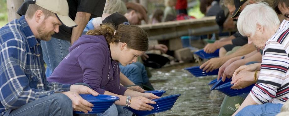 Guldvaskning i Ädelfors - Rolig upplevelse som present eller julklapp