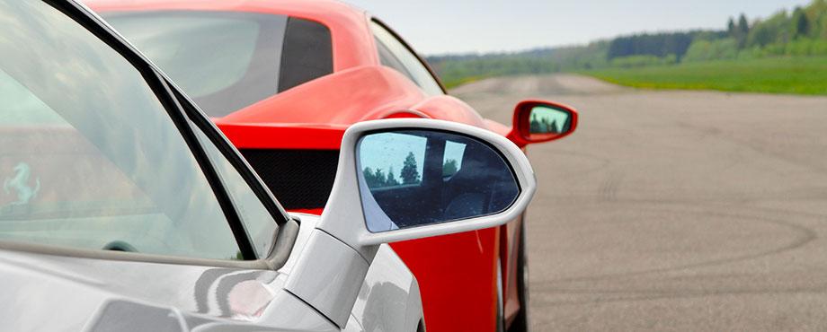 Välj att köra Ferrari eller Lamborghini i speedtest på öppet flygfält!
